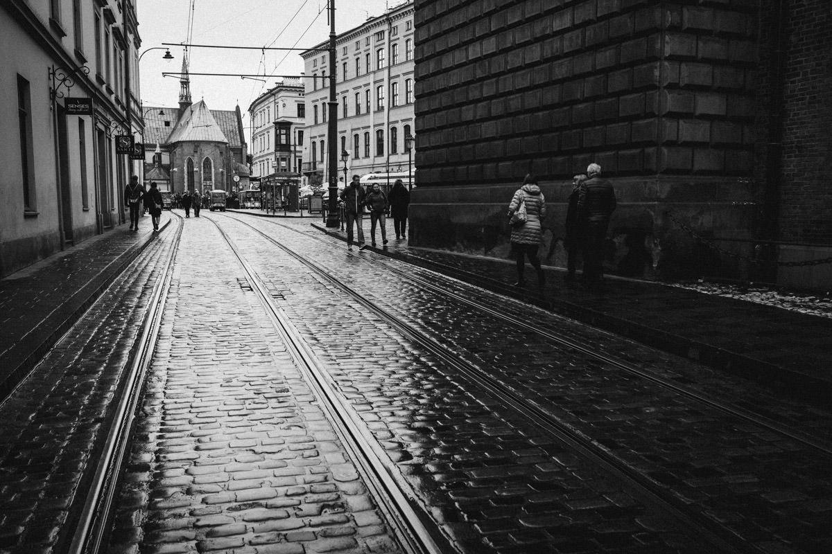 ulice krakowa w deszczu