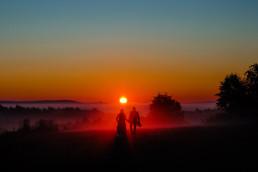 Jesienna sesja ślubna o wschodzie słońca