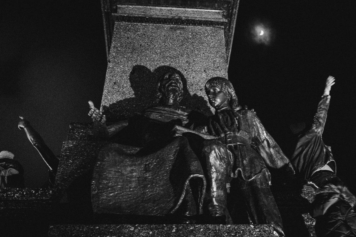pomnik mickiewicza na rynku w krakowie