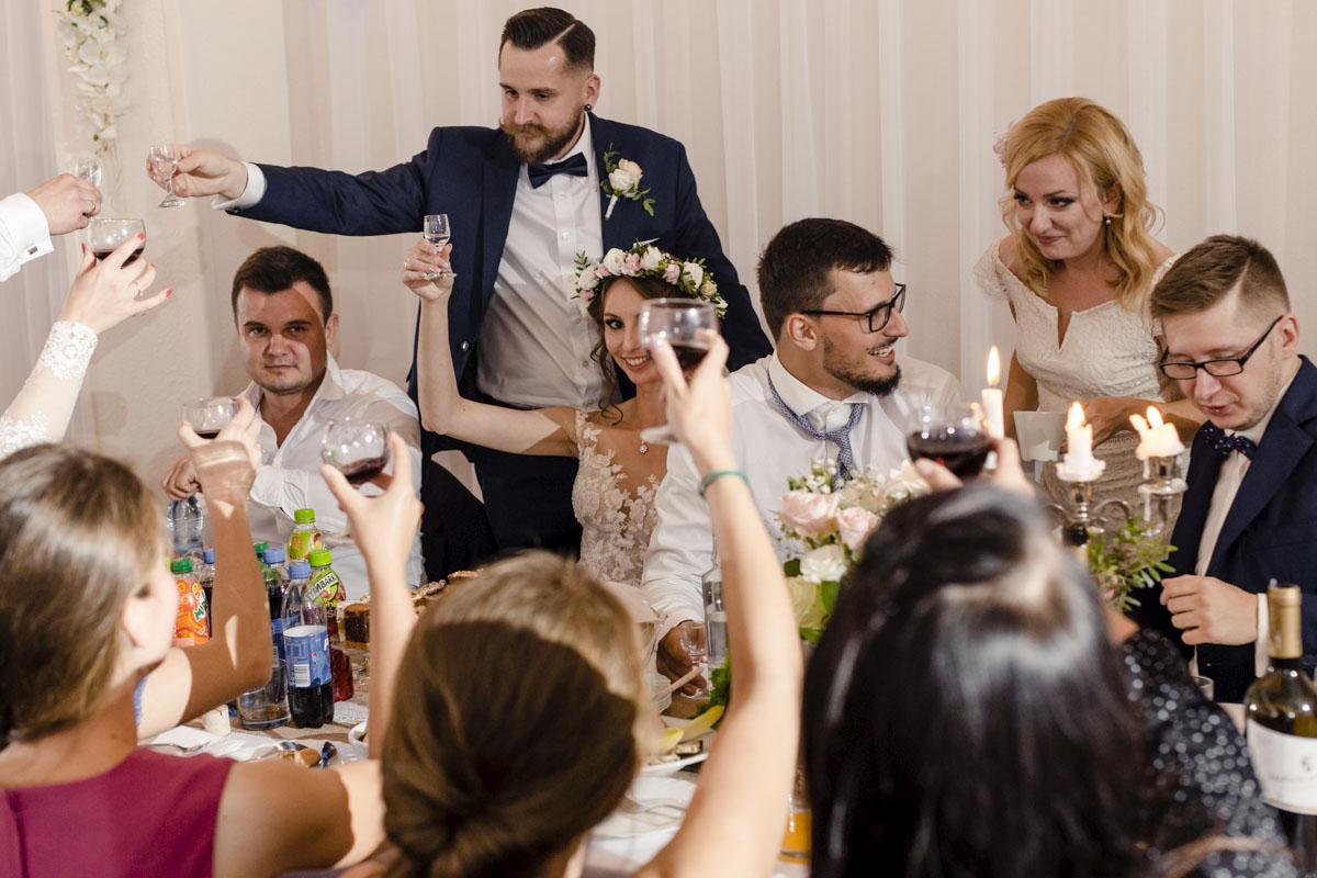 zdjęcia pierwszego toastu weselnego