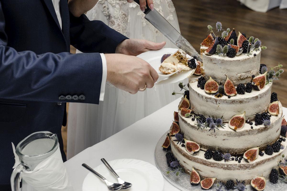 zdjęcie ślubne tortu ślubnego