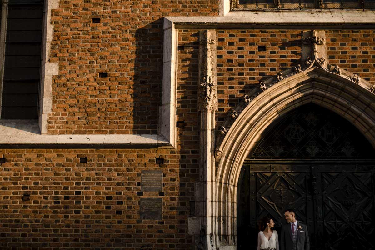 zdjęcie ślubne przed kościołem